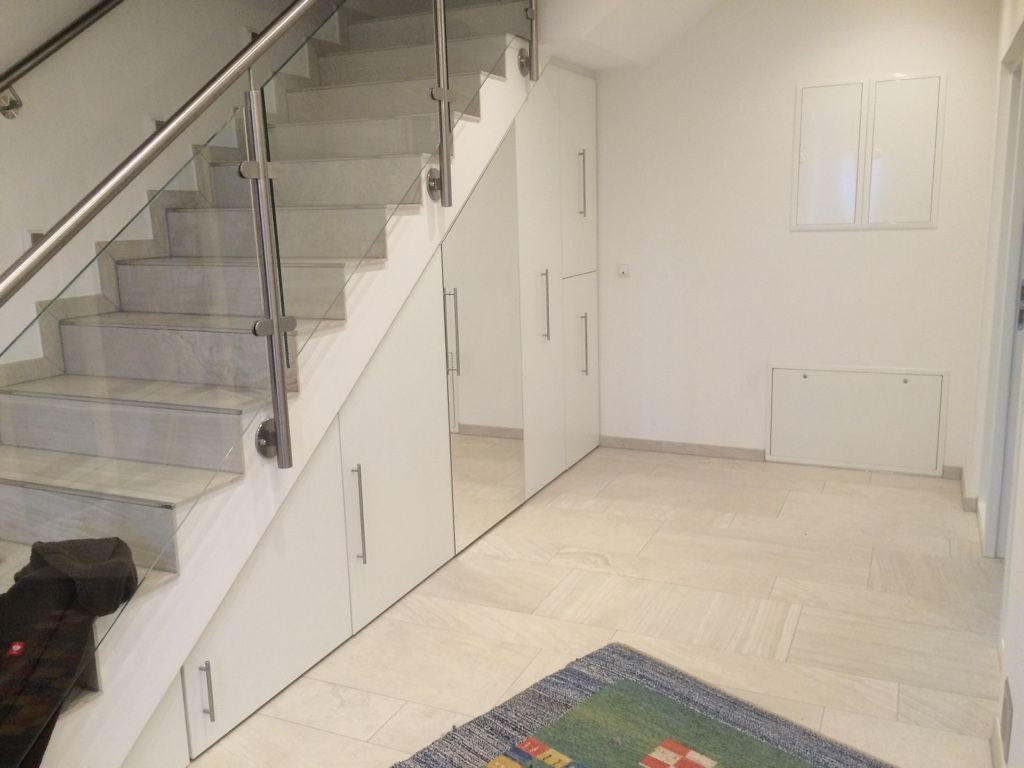 Ein Einbauschrank unter der Treppe, um den zur Verfügung stehenden Platz optimal und sinnvoll zu nutzen.