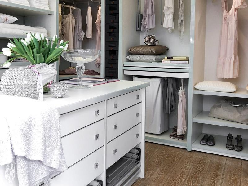 Begehbarer Kleiderschrank weiß mit Kronleuchter mit Innensystem Grande von CABINET