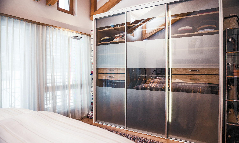 Freistehender Schrank nach Maß modern mit Glas Schiebetüren von CABINET